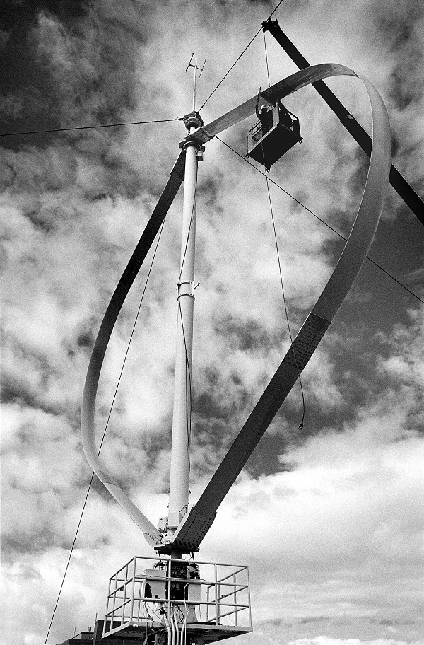 Vertical-axis wind turbine test platform in Bushland, Texas, circa 1980s. (image via Randy Montoya/Sandia)