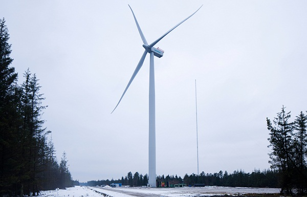 Prototype of new Siemens 4-megawatt offshore wind turbine, installed at a test site in Denmark. (image via Siemens)
