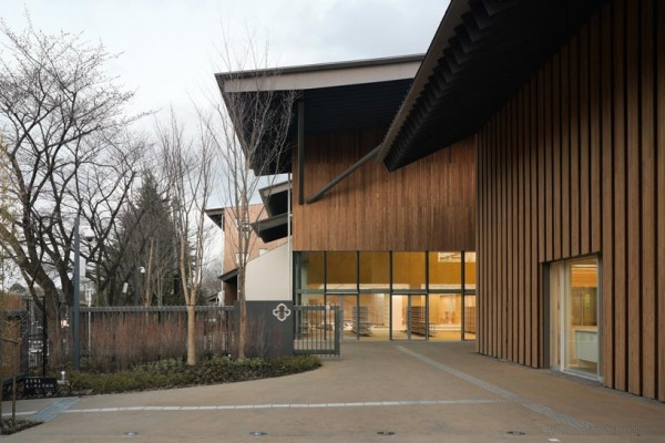 The entrance to the school, showing the tilted roof sections at various angles. Image via Kengo Kuma and Associates.