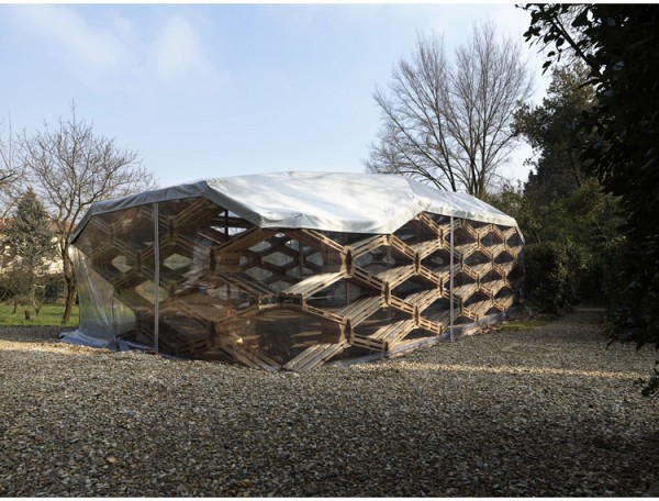The pallet pavilion, covered in a weather-resistant PVC sheath. Image via Avatar Architettura.