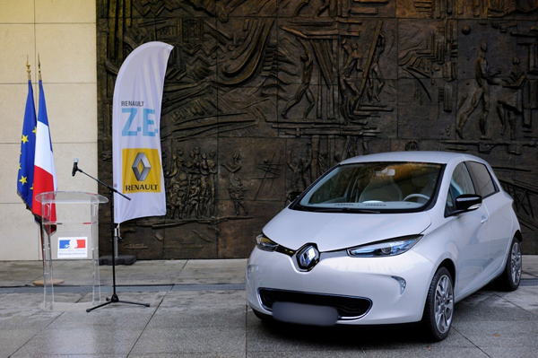 Renault ZOE delivered by Carlos Tavares to Arnaud Montebourg (image via Renault)