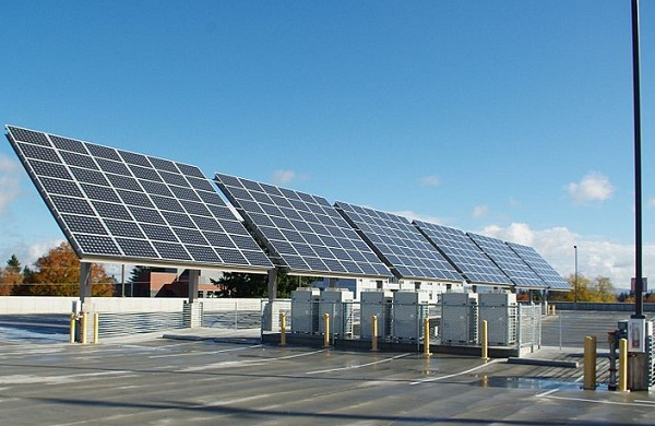Solar at a parking garage in Hillsboro, OR (image via Wikimedia Commons)