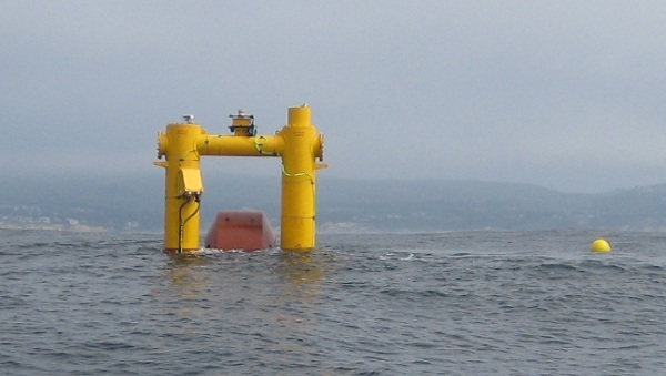 Wave energy converter tested off Oregon coast, September 2012 (image via Pete Danko/EarthTechling)