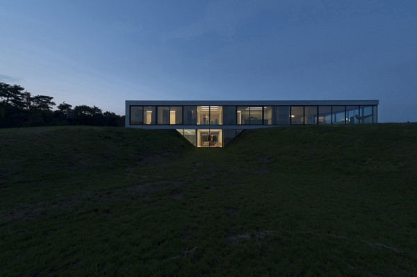 The Bridge House straddles a wedge-shaped gap in the Dutch countryside. Image by Christiaan de Bruijne via 123DV.
