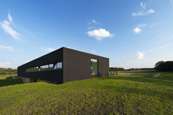 With solar power, a geothermal system, rainwater collection and its own septic field, the Bridge House can function smoothly on or off the grid. Image by Christiaan de Bruijne via 123DV.