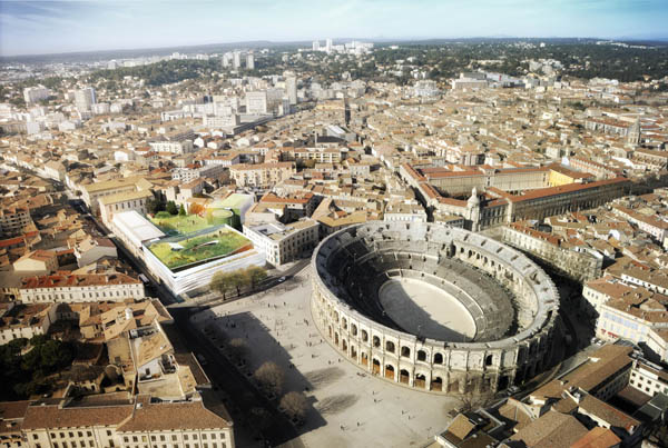 The green roof of the proposed museum contrasts with the fragile grandeur of the Roman Arena at Nîmes. Image via Elizabeth de Portzamparc.