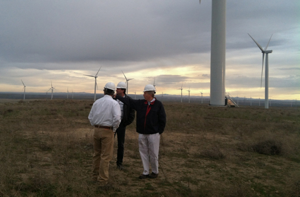 The Deputy Secretary tours Oregon's Caithness Shepherds Flat wind farm, which is able to create up to 845 megawatts of emission-free wind power (enough electricity to power nearly 260,000 homes). (image via DOE)