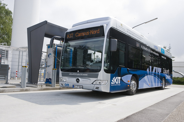 Mercedes fuel cell buses begin service in germany for Mercedes benz fuel cell
